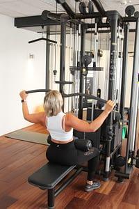 Lat pull down uitvoering fitness schouder rug