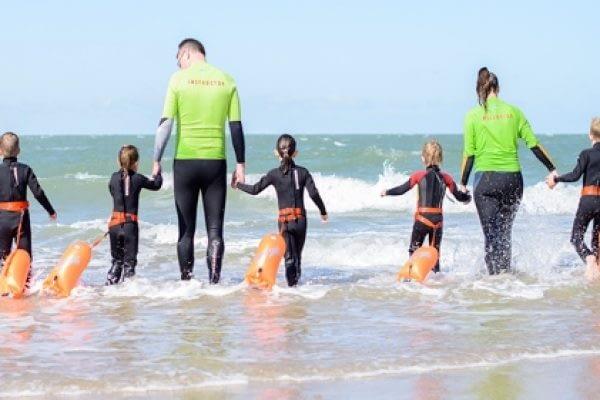 Samen met de kinderen in het water lopen