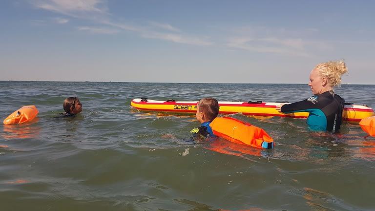 Jonge kinderen leren zwemmen aan zeeuwse kustlijn