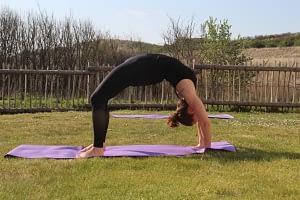Achteroverbuiging yoga, urdhva Dhanurasana, opwaartse booghouding, yoga wiel