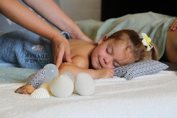 Kindermassage klein meisje