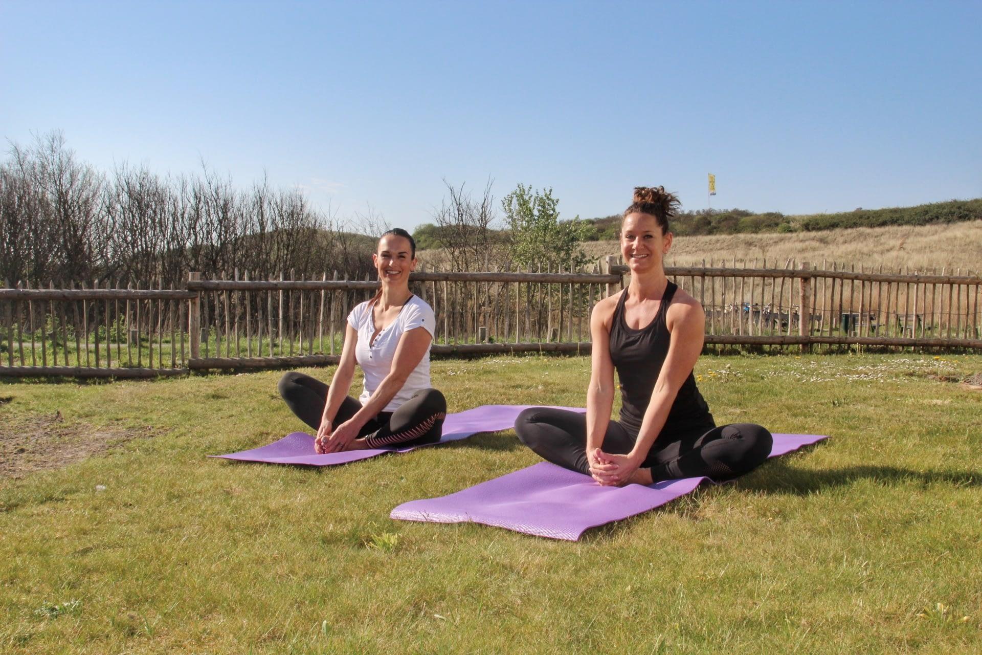 Yoga buitenlucht grasveld strand hotel Westduin