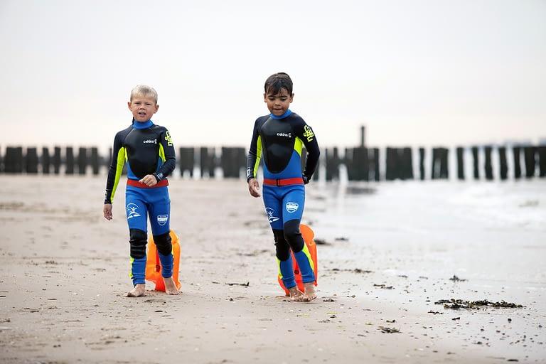 Zwemles in zee-wetsuit-drijfzak- leren zwemmen