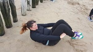 1_chrunches_buikspieren_training_strand_westduin_mamas_bewegingsplein