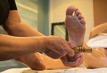 Aanraking handen en stokjes voeten benen tenen energie punten