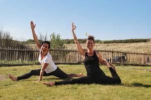 Yoga buiten bos strand walcheren zeeland