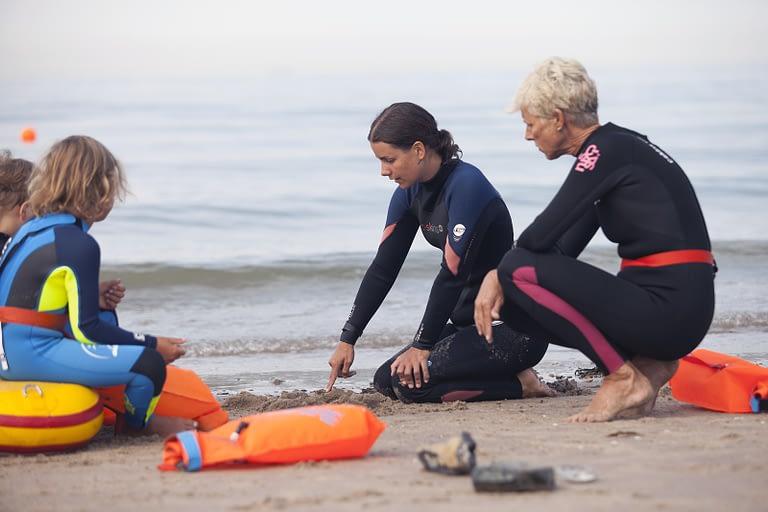 Onder begeleiding- zwemjuffies- Zwemles in zee