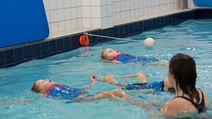 Rugcrawl zwemmen op je rug zwemjuf begeleiding koudekerke