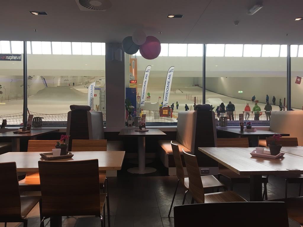 Restaurant met uitzicht op de piste.