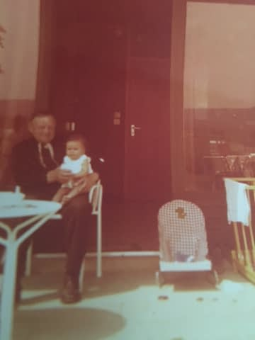 Dit is echt een hele oude foto! Samen met mijn opa Piet in een huisje in Dishoek.